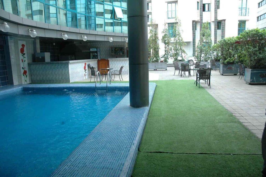 Bar bleu piscine de l'hôtel Prince de Galles