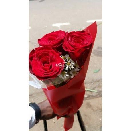 Bouquet de 03 roses rouges maresa art