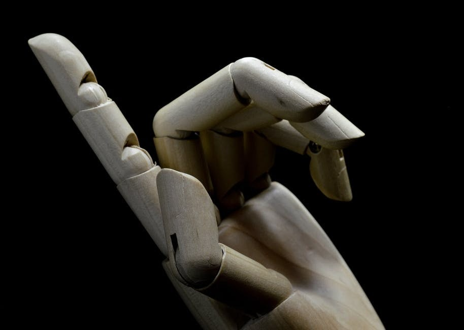 Main d'un mannequin en bois sennelier carré des artistes